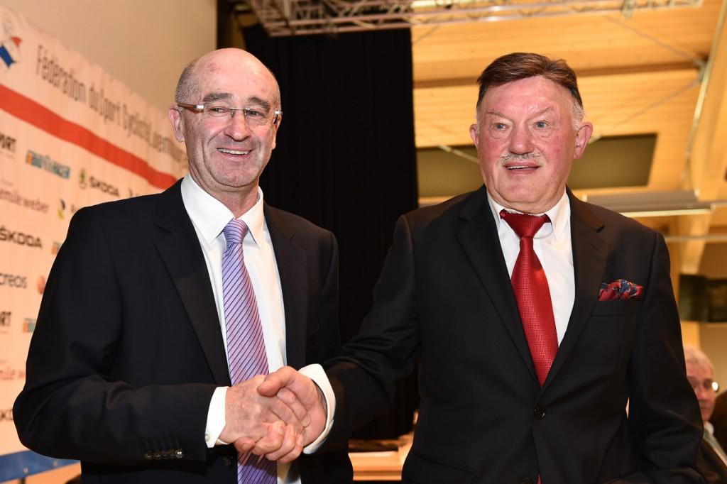 Jean Regenwetter gratuliert seinem Nachfolger an der Spitze der FSCL, Camille Dahm - Foto: Serge Waldbillig